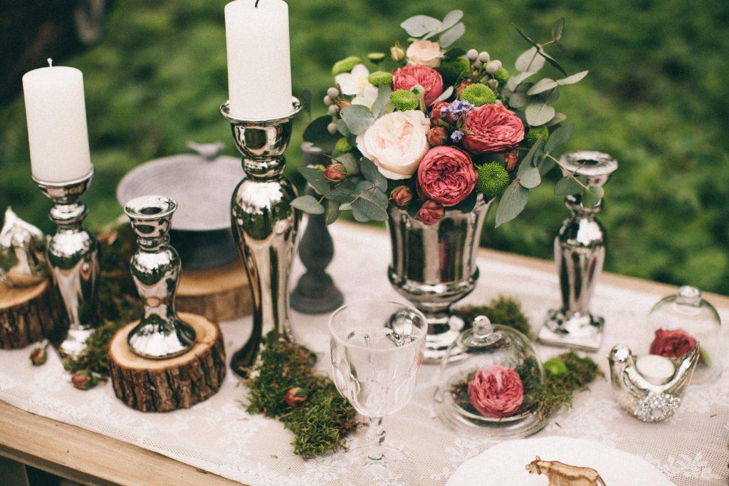 Silberne Tischdekoration